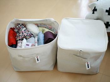 中の見えない綿麻混の布製ボックスにはタグ付け。こうしておけば、探したい時はタグを見るだけで済み、時短にもつながりますね。