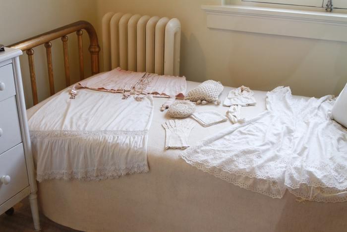 ベッドルームにある寝具やカーテン、そして洋服などの布製品からは、使うたびに小さな繊維が落ちています。最初は目には見えませんが、積み重なることでホコリとなっていくのです。