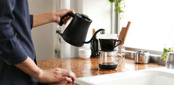 気持ちのいい注ぎ心地を実現するノズルとハンドル。コーヒーのハンドドリップにもぴったりです。ゆったりとしたカフェタイムの相棒にいかがですか?