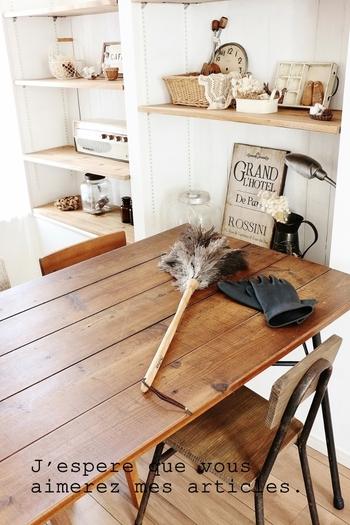部屋中に散った繊維がホコリになる前に、こまめに掃除をしておくというのもひとつの手。ホコリは上から下へと落ちる性質を持っているため、まずは棚の上から掃除を始め、最後に床掃除を行うなど、工夫してみましょう。