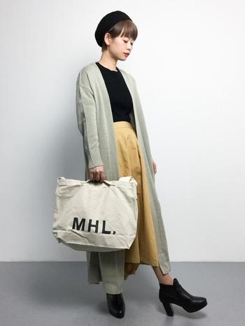 ボリュームのあるフレアロングスカートは、マキシ丈のロングカーディガンですっきり着こなして。足元にヒールのショートブーツを合わせればよりスタイルアップ!
