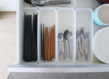 こちらも無印良品を代表する定番アイテム「PP 整理ボックス」です。引き出しの中にすっきり収まるサイズ感や、お箸・お玉などを収納できる縦長のフォルムが特徴です。こちらのブロガーさんはキッチンツールやカトラリーの整理のほかに、食器棚や冷蔵庫でも活用されているそうです。
