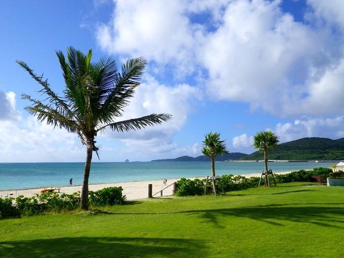 長さ2キロメートルの白い砂浜が続くイーフビーチは、遠浅の透明な海が広がり、マリンスポーツスポットとして久米島の中でも特に人気があるビーチです。