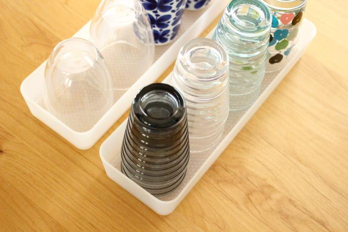 こちらのブロガーさんのお宅でも、食器の滑り止め用として活用されています。無印良品の整理ボックスにグラスや小鉢を収納しているそうですが、底にマットを敷くと引き出した時に食器が動かなくなるそうです。収納ケースを引き出す時に「グラスが動いてぶつかりそう…」と気になる方は、IKEAの引き出しマットを活用してみませんか?