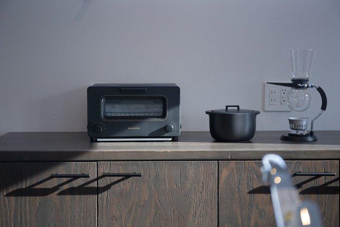キッチンやリビングで大活躍する家電。どうせならインテリアに合う、お洒落なものを選びたいですよね。最近ではデザイン性を取り入れてインテリアのアクセントにもなる家電が登場しています。今回は、キッチンやリビングなどにおすすめの『デザイン家電』をご紹介します。