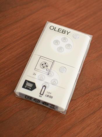 扉の開閉で自動的に点灯/消灯する「OLEBY センサー付きライト」。奥行きのある収納棚やクローゼットなど、暗くて中が見づらいな…という場所に大活躍するアイテムです。両面テープまたはビス止めで簡単に設置でき、単四乾電池3本をセットしてワイヤレスで使用できます。白熱電球に比べて消費電力が少なく、2個で¥799(税込み)というコスパの高さも魅力です。