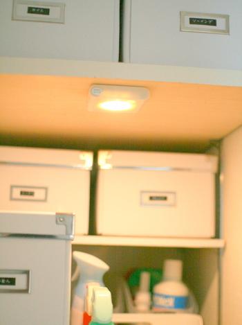 こちらのブロガーさんのように収納棚に設置しておけば、中が見やすくて物を取り出しやすいですよね。ライトには人感センサーが付いているので、扉を開けるとパッと明るくなるそうです。間口の狭い収納棚や奥行きのあるパントリーなど、照明が無くて困っている場所にさっそく活用してみませんか?