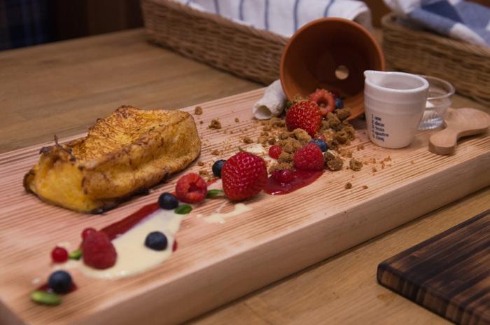 一番人気は、フレンチトーストをスフレの様にオーブンで焼いた「スフレパンベルデュ」。倒れた植木鉢の中から木の実がこぼれるユニークなプレートを写真におさめて。