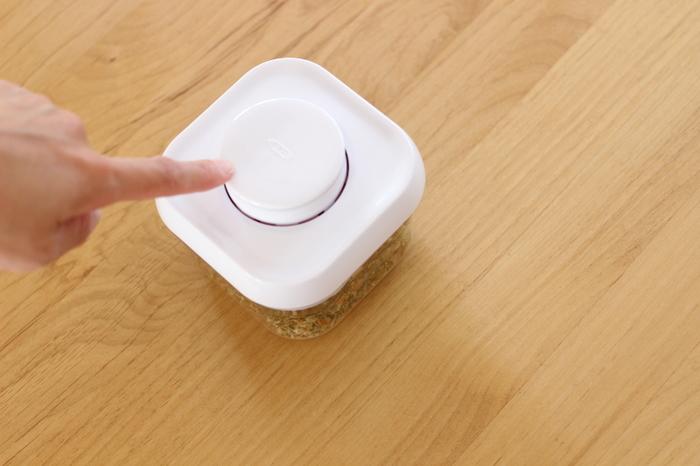 シンプルですっきりしたデザインと、使い心地の良さが人気の「OXO(オクソー) ポップコンテナ」。最大の特徴は何と言っても、片手で簡単に開閉できるワンタッチ操作です。真ん中のボタンを押すだけで蓋を開け閉めできるので、料理中に使用する際もとっても楽ちん。密閉性が高く湿気に強いので、粉物や乾燥食品などの保存にも最適です。