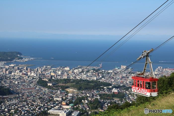 小樽市内を一望できるスポットが天狗山。小樽港や石狩湾、晴れた日は遠く 暑寒別連峰や積丹半島まで望むことができます。山麓駅からはロープウェイが通じているので楽に登れますよ。