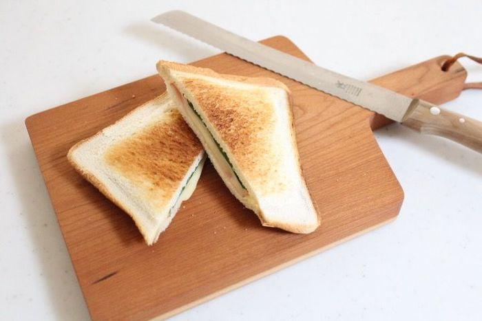 こちらのホットサンドメッシュは、お洒落なキッチンツールなど、多くのメディアでも紹介されているAUX株式会社の製品です。具材を挟んだパンをメッシュで挟み、グリルまたはオーブンで焼くだけで美味しいホットサンドが作れます。洗うのも簡単なので後片付けも楽ちん、さらにスリムな形状でコンパクトに収納できるのもポイントです。おうちで簡単にホットサンドが作れるので、これからの季節にぜひおすすめですよ♪