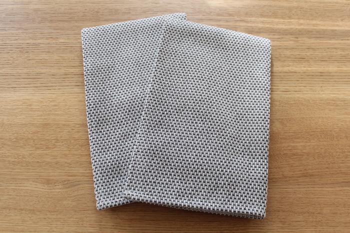 """続いてご紹介するのは、デンマーク王室御用達のファブリックブランド「Georg Jensen Damask(ジョージ・ジェンセン・ダマスク) 」のティータオル。北欧らしい洗練されたデザインに加えて、しっかりとした生地の厚みと、使い勝手の良い程よい大きさも特徴です。こちらのブロガーさん愛用のティータオルは、100%コットンの2色の糸で織られた""""エジプト""""です。サイズは約900×500㎜と大判なので、大きな鍋もしっかり拭きあげることができるそうです。"""