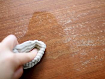 こちらのブロガーさんのお宅では、ダイニングテーブルのセルフメンテナンスに使用しています。乾いた布にみつろうクリームをつけてテーブルに塗り、しばらく乾燥させると細かい傷も目立たなくなり、光沢が出て綺麗になるそうです。毎日過ごすお家にこそ、良質な素材で作られた高品質のメンテナンス商品を使いたいですね♪