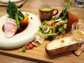 プレートランチは、植木鉢からこぼれたサラダを中心に、メイン料理とスープ、パンが並びます。見る角度によって主役が変化する個性的なランチは、写真映えもばっちり。