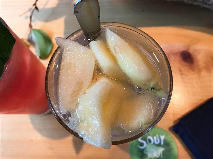 こちらのお店の醍醐味は、注文後にカットされる新鮮な果物と、ウォッカベースのキリッとした炭酸が混ざる新感覚のサワー。「お酒はちょっと苦手」という方もぜひチャレンジしてみて。