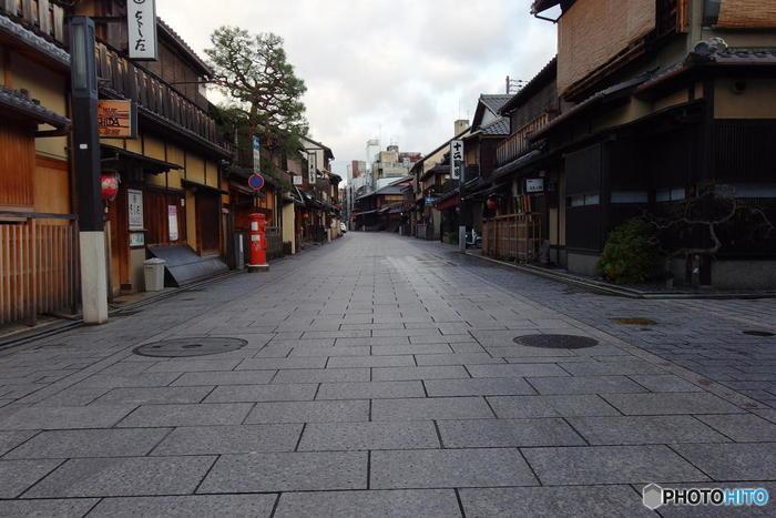 祇園を南北に走る花見小路通は、数ある京都市内の小路の中でも、最も京都らしい風情が漂う小路の一つです。石畳が敷かれた路地の両横には意匠を凝らした町屋建物の料亭、お茶屋が軒を連ねており、置屋からお茶屋へ足を運ぶ舞妓さんや芸妓さんの姿を見かけることもあります。