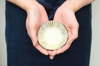 豆皿は、手のひらに乗るくらいの、ちいさな器のこと。ちょっとしたおかずや、お塩など調味料を盛り付けるのにぴったりです。