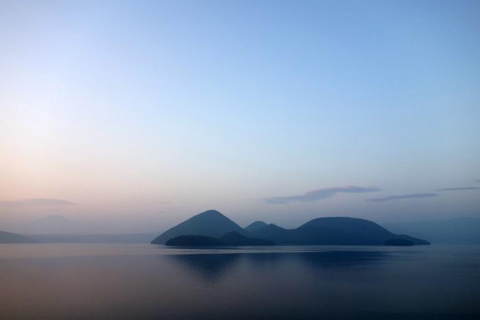 洞爺湖は北海道南西部に位置し、周囲の山々からの気が流れ込むパワースポットとしても人気の観光地です。丸いカルデラ湖の中にぽっかりと中島が浮かび、ドーナツのような形をしているのが特徴です。2008年には洞爺湖サミットが開催され注目を集めました。