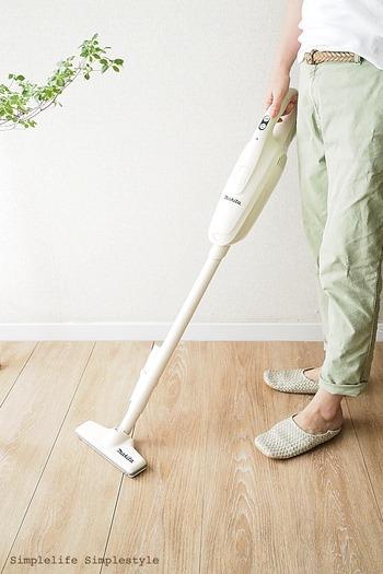 床に落ちたホコリを効果的に掃除できるのが、掃除機。どんなにキレイに見えている部分でも、小さな繊維は落ちています。お部屋の隅の部分まで、まんべんなく掃除機を掛けてあげましょう。