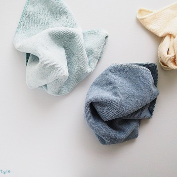 ホコリを吸着してくれるタイプのタオルやシートがあれば、軽く拭くだけでホコリを取り除くことができます。棚の上や、カーテンレールなど、細かい部分を掃除するのにもぴったり♪