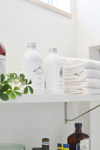 洗濯の時に使う『柔軟剤』も効果的。水に柔軟剤を混ぜて拭き掃除をすることで、静電気の発生を防ぎ、ホコリがくっつきにくくしてくれるんです。水1Lに対して、柔軟剤は5mlを目安に混ぜてみてください。