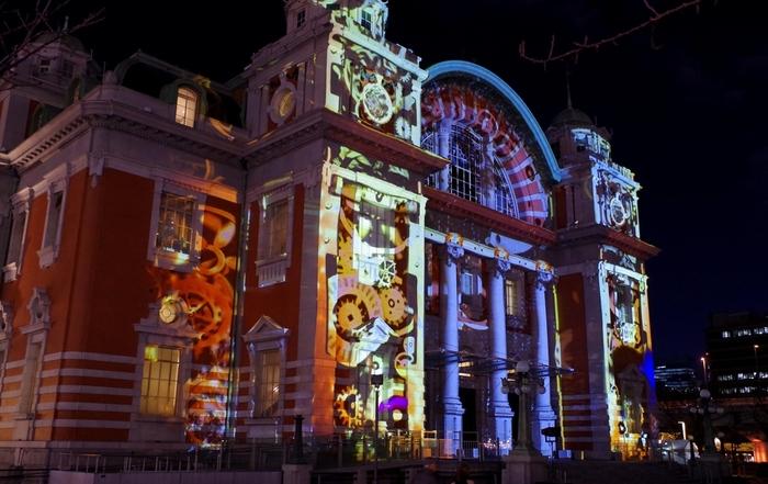 「OSAKA光のルネサンス」の中でも、圧倒的な存在感を放っているのが中央公会堂のイルミネーションです。
