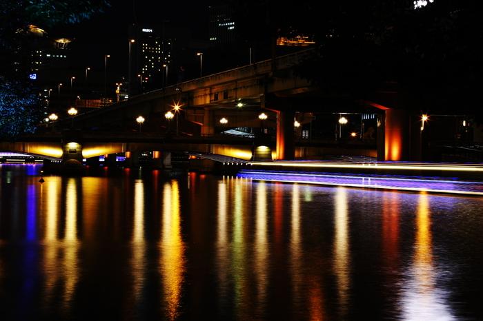 橋脚も必見です。光を浴びて輝く欄干部分を静かな水面が鏡のように映し出し、日中とは異なる風情が漂っています。