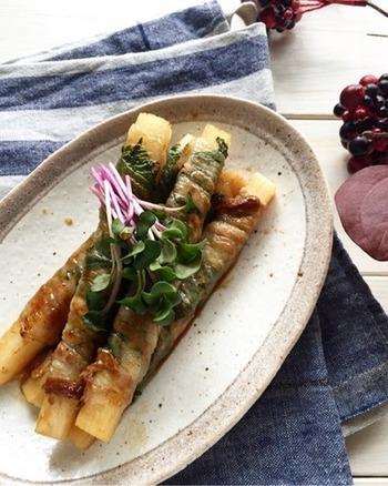 長めに切った長芋に大葉とお肉を巻けば、大葉が透けてちょっとおしゃれな肉巻きに。長芋のホクホク食感に、大葉の香りとポン酢ベースの和風な味付けがよく合いますよ。