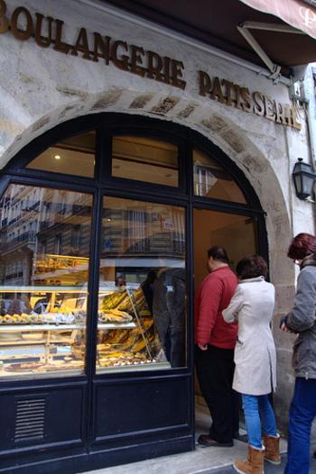 人気のある店は、夕食前にバゲットを買いに来たお客さんで行列です。仕事帰りにお気に入りのパン屋さんで列にならべば、ここでもカフェと同じようにいろんな情報交換ができてしまいます。