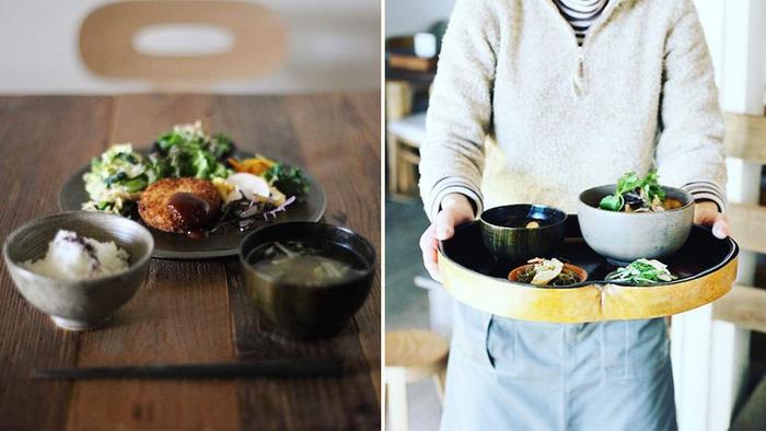 食堂でいただける、ある日のメニュー。大豆のコロッケを中心に副菜たっぷりの定食(左)や、白漆雑煮椀に入った季節の野菜と肉団子の丼物(右)を、Nushisaの器でいただきます(画像提供:竹俣圭清)