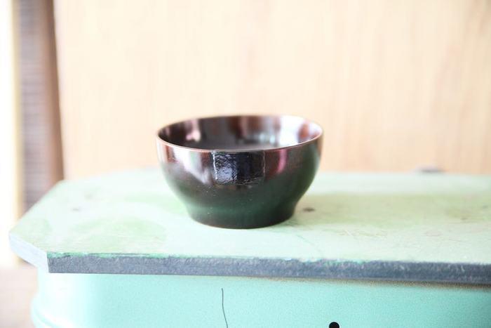 人気のこども用のお椀「oui・zen(ういぜん)」を修繕した様子。綺麗に塗り替えられ布着せで補修されたお椀は、また持ち主の食卓に並ぶのでしょう(画像提供:竹俣圭清)