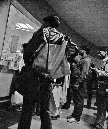 郵便局や駅など、10個窓口があるのに9個閉まっていたり、すぐそこに係りの人がいるのに窓口を開けずコーヒーを飲んでいたり。。。日本人には考えられない理由で大行列になることも日常茶飯事です。スーパーのレジも、お客さんそっちのけであっちのレジ係とこっちのレジ係がおしゃべり、なんていうことも。日本での当たり前は捨てて、おおらかな気持ちであせらず過ごしましょう。
