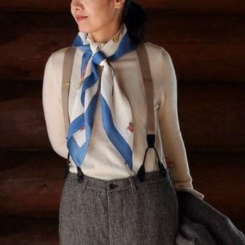 スカーフといえば細めに折りたたんで首で結ぶのが王道。パンツなどのボーイズライクなコーデにレディな印象のスカーフは相性◎。遊び心のある、クラシカルなスタイルに。