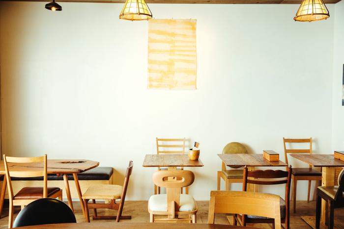 NUSHIAの台所店内。並ぶのは、食堂の作業場で作られるNushisaの家具。ひとつひとつ違う椅子やテーブルの表情が美しい空間です