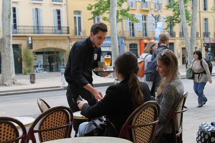 カフェに入ったら、たとえフランス語に自信がなくても、ぜひ積極的にお店の人とお話ししてみてください。きっとフランスでの生活を助けてくれるいろんな情報を教えてもらう事ができるし、人の輪も広がっていくことでしょう。地元の人とお話しする機会が増えれば増えるほど、フランス語の上達も速くなります。
