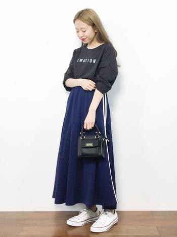 今秋のトレンド候補として注目されている、ジャージ素材のロングスカート。スポーティながらも女性らしく仕上げてくれる注目アイテムです。