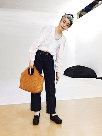 ちょっと派手かな?と思うような柄スカーフもシンプルなデニム×シャツのようなコーデのポイントになります。頭をすっきりまとめることでより大人っぽい着こなしに。