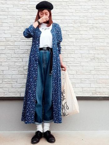 ゆったりとしたサイズ感のマムジーンズは、ロールアップして足元をすっきりさせるのがおすすめ。ロングカーディガンなどを合わせて女性らしく着こなして。