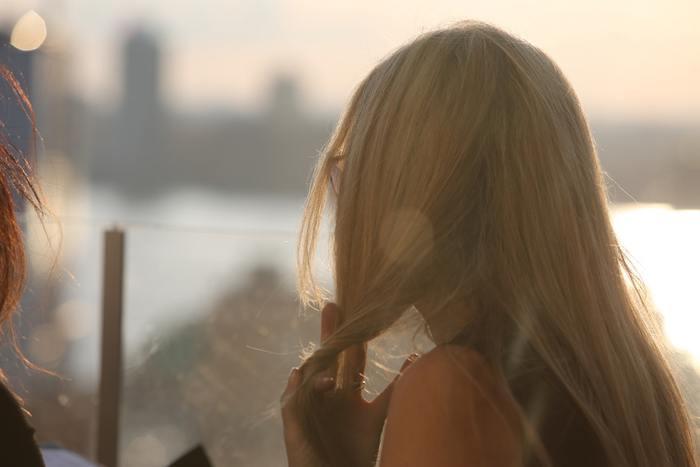 髪のダメージが気になるときはドライヤーやアイロンの前に、トリートメントやスプレーなど髪を熱から守るアイテムを使いましょう。髪をまとまりやすくするタイプなど、髪を守りつつ手触りを良くしてくれますよ。