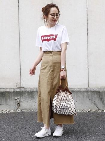 シンプルなコーデには、スタンダードな白のエアマックスを合わせて。女性らしいAラインスカートにもよく似合います。