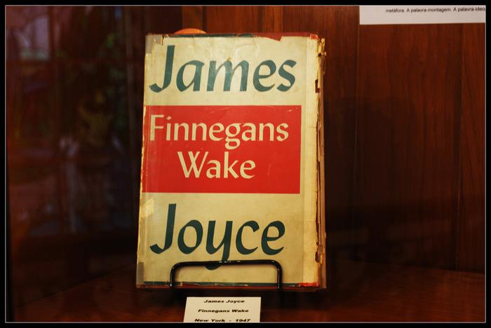 オデオン通りの店舗は、1941年に閉店を余儀なくされます。第二次世界大戦中、パリを占領していたドイツの士官にジョイスの『フィネガンズ・ウェイク』の原稿を渡すことを拒否したことでがきっかけとも言われています。