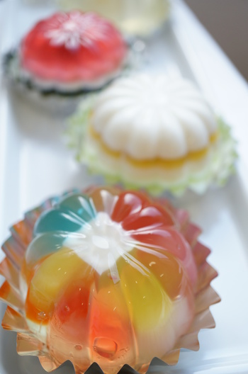 福島県いわき市にある1988年創業の「ゼリーのイエ」。まるで宝石のような美しいゼリーは雑誌で特集が組まれるほどの人気!一つ一つ丁寧に手作業で作られているため、数に限りはありますが、手土産に持っていったら喜ばれること間違いなしのゼリーです。