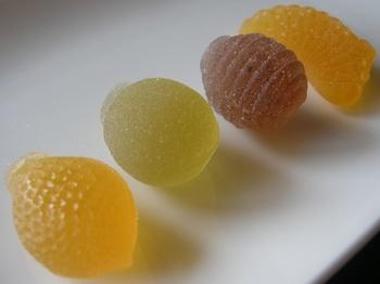 埼玉県さいたま市にある「彩果の宝石」は、果物や花の形をした可愛らしい見た目が魅力。世界各国の果物の果汁と果肉を使って作られるゼリーは、フルーティーで爽やかな味わい。