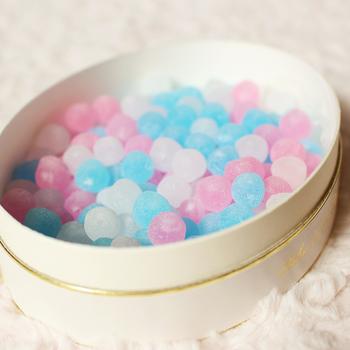 白・ピンク・ブルーの繊細な砂糖菓子は、見ているだけでうっとり。アニゼット、コアントロー、マラスキーノの3つの味があり、口の中で割ると中から香り豊かなリキュールが口いっぱいに広がります。以前はネットで販売していましたが、現在は直営店(心斎橋本店・住吉店)限定となっているので、大阪を訪れた際にはぜひ♪