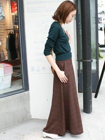 ハイウエストデザインのマキシ丈ロングスカートは、それだけで旬の表情に。トップスはコンパクトにした、引き算コーデがおすすめです。