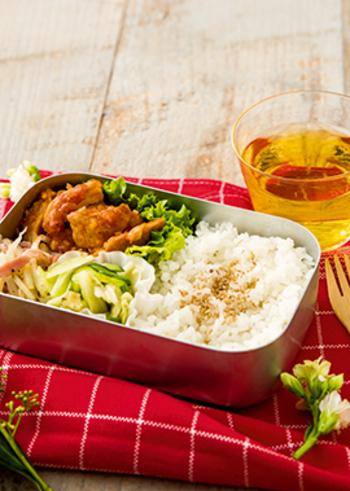 鶏のチリソースをメインに、じゃが芋とベーコンの黒こしょう風味、キャベツの中華和えを詰めたバランスのいいお弁当です。食欲をそそる鶏のチリソースはむね肉を使ってヘルシーに。電子レンジで手軽にできてしまうのも嬉しいですね。