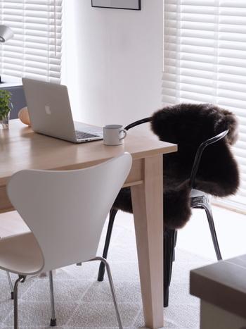 艶やかな毛足のラグを一枚かけるだけで、無機質な椅子がやわらかな雰囲気になりました。こちらのラグはIKEAのものだそう。リーズナブルなIKEAは季節感をプラスするアイテムを購入するのにおすすめです。