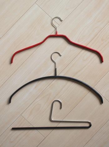 mujikkoさん宅で使われているハンガーたち。それぞれ変わった形をしていますよね。襟のあるなしなど洋服の形やデザインもさまざま。洋服に合ったハンガーを使えば型崩れなども防ぐことができ、その分洋服自体も長持ちします。  上の2つはトップスやアウター用、一番下はパンツ用のハンガーです。