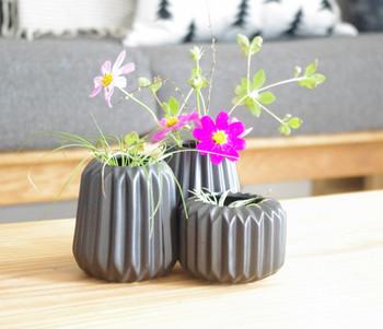 お花を活けているこちらの器、実はキャンドルホルダーだそう。可憐な秋のお花をやさしく受け止めてくれます。