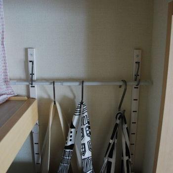 微妙に空いてしまう隙間も無駄なく使います。壁面に専用器具を付けて、フックを掛けられる収納に。バッグ、ベルト、ストール、アクセサリーなど使い方はたくさんありますね。